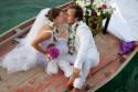 Brautpaar küsst sich auf Boot