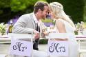 Brautpaar Mr und Mrs am Hochzeitstisch