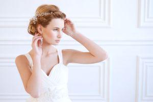 Entspannte Braut mit blauen Augen und Krone im Haar
