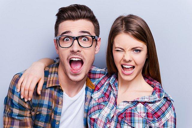 Junges Paar lächelt in Kamera