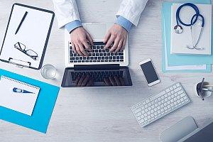 Arzt arbeitet online