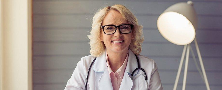 Portraitfoto einer Ärztin im Büro