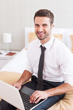 Hotelgast mit Laptop im Zimmer