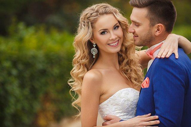 Brautpaar hat Spaß beim Hochzeits-Shooting