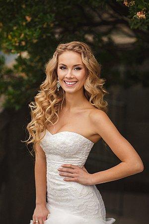 Braut in schönem Hochzeitskleid