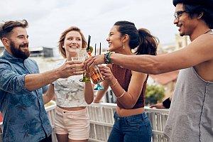 Junge Leute feiern auf Dachterrasse