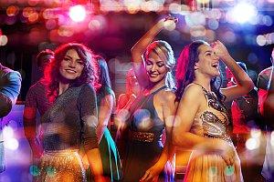 Junge Leute feiern in Disco