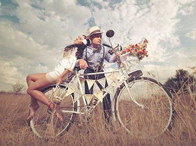 Brautpaar im Vintage Look mit Fahrrad