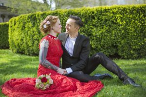 Brautstrauss liegt auf dem Brautkleid