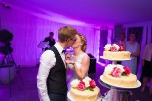 Brautpaar feiert mit Torte