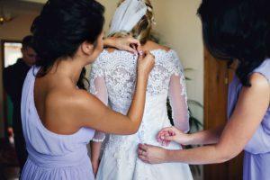 Braut wird eingekleidet
