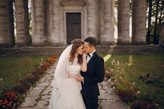 Brautpaarshooting vor einem Schloss