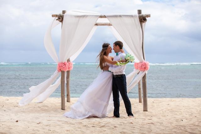 Brautpaar umarmt sich am Strand