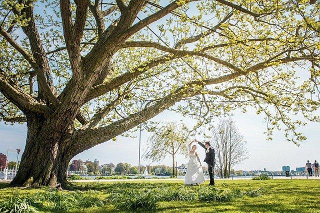 Paarshooting unter einem Baum an der Alster