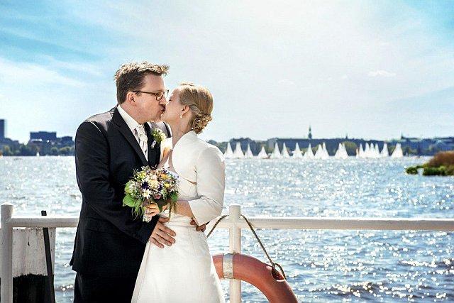 Brautpaarshooting mit Kuss