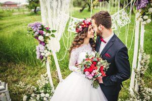 Brautpaar lächelt sich an