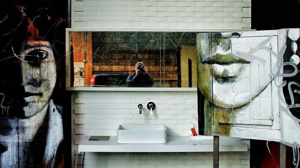 Fotograf fotografiert Grafitti Wand