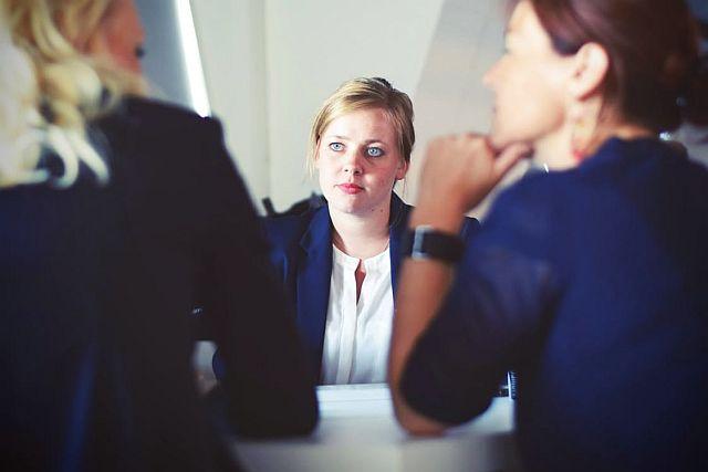 Frau entscheidet sich zwischen zwei Anbietern