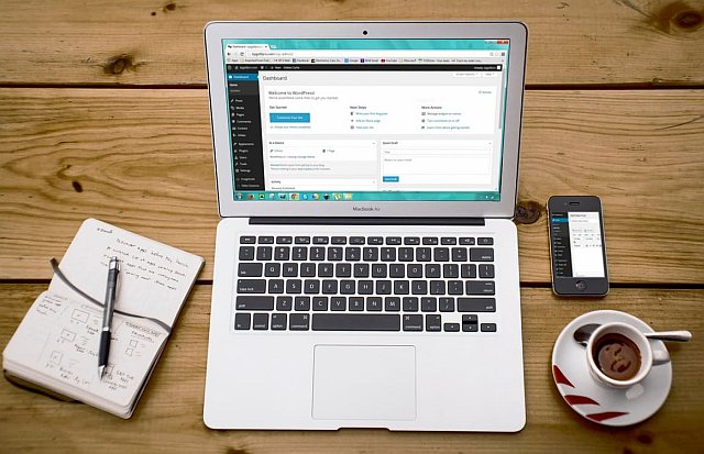 Webseite auf Laptop mit WordPress CMS