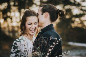 Brautpaar lächelt beim Shooting