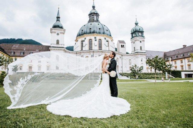 Hochzeitsfotos vor einem Schloß