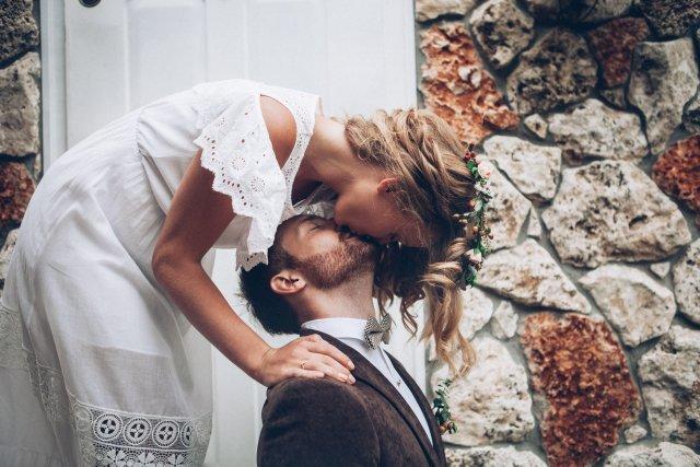 Brautpaar küsst sich beim Elopement