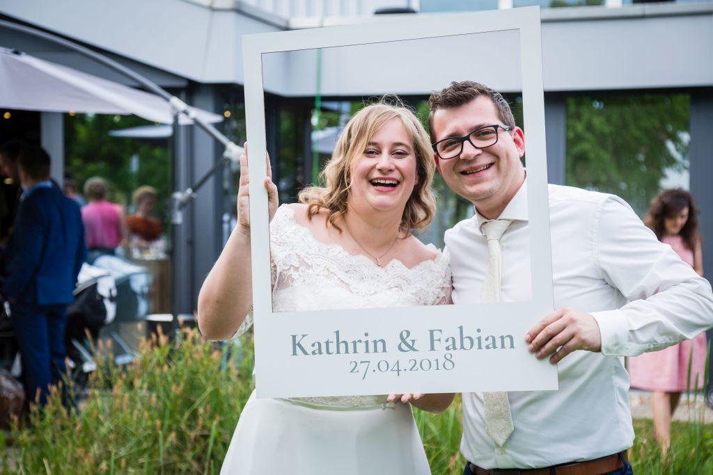 Brautpaar macht Hochzeitsfotos in Karlsruhe