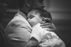 Kleines Kind schläft in der Kirche
