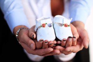 Bildidee für Tauffotos mit Babyschuhen
